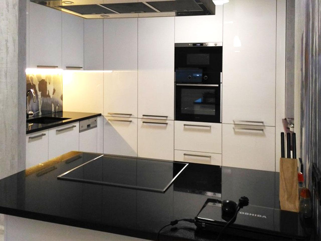 Фото. Встроенная кухня на заказ. Цена 210 тыс. рублей